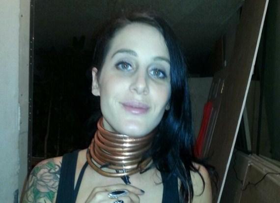 """La """"donna giraffa"""" che usa anelli di rame per allungare il collo (FOTO)"""
