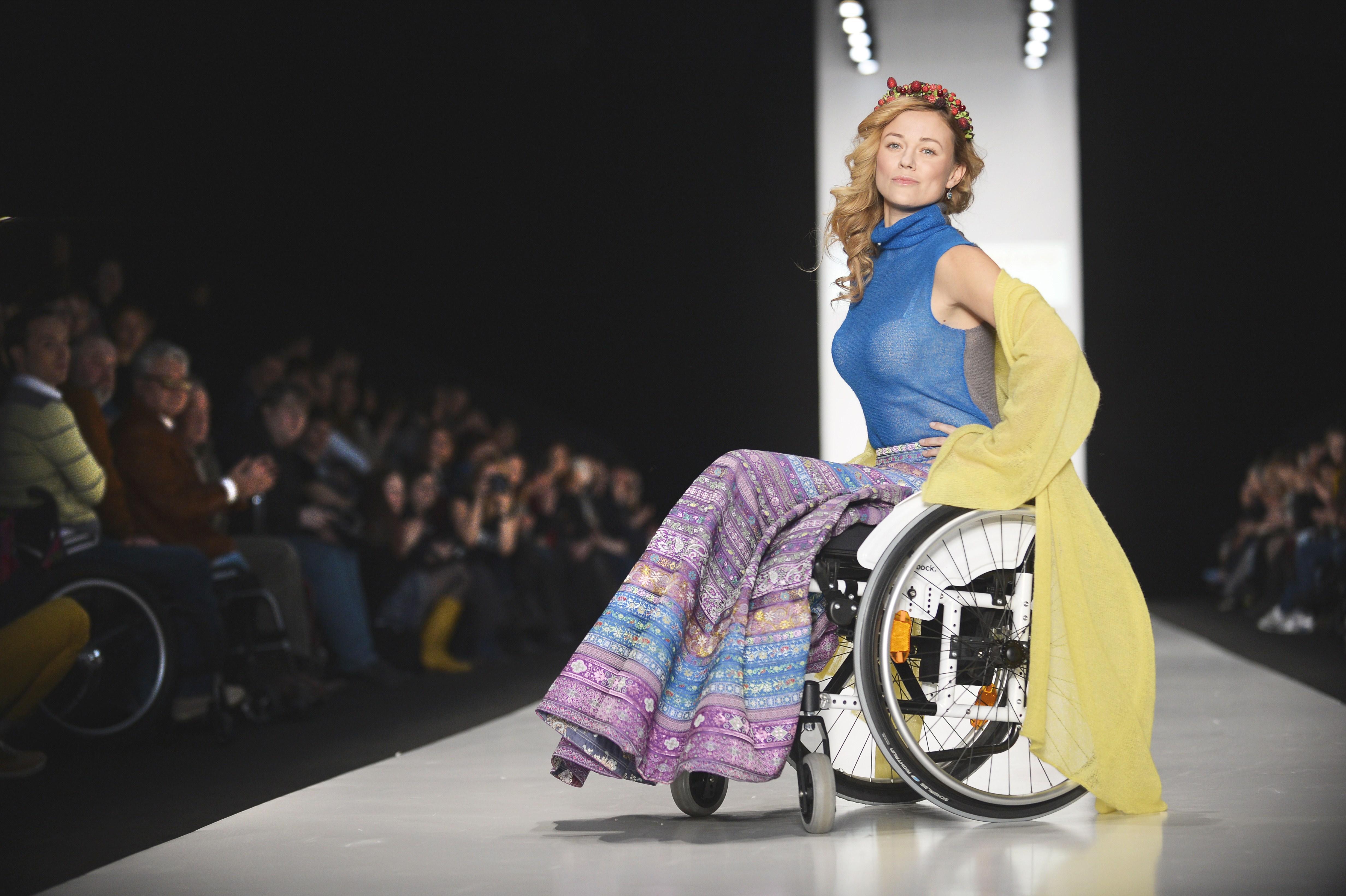 Moda senza confini: i disabili sfilano in passerella a Mosca (FOTO)