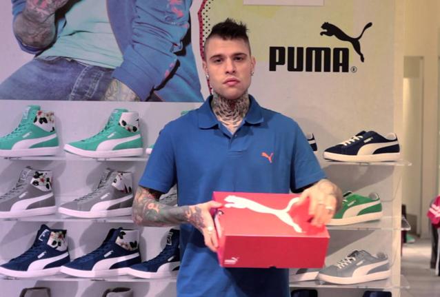 Fedez commesso del mese, il rapper ora vende scarpe (VIDEO)