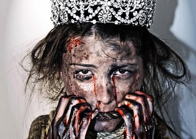 Miss Universo come non l'avete mai vista: la reginetta imbavagliata e con volto tumefatto (FOTO)