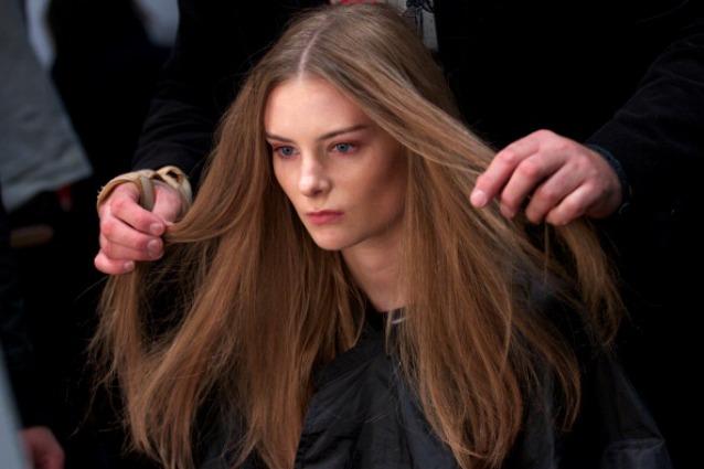 Ogni cambio di stagione è un incubo per i nostri capelli  rimangono sul  pettine 612d2b9d77b2