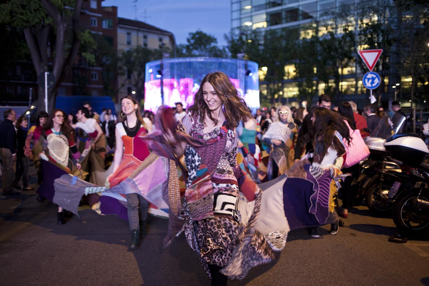 """Family Dress: l'abito che """"coinvolge"""" tutti sfila al Fuorisalone 2014"""