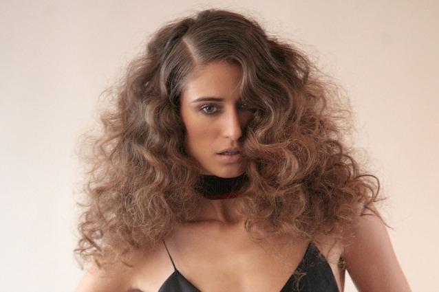 Chi ha i capelli ricci spesso ha anche difficoltà a creare lo styling  perfetto senza appesantire il capello. Avere ricci sinuosi ed elastici è  semplice se ... 9125d2970178