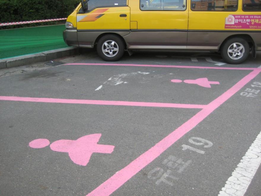 Parcheggi più larghi per sole donne, a Seul crea scalpore l'iniziativa sessista