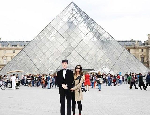 """Jinna viaggia in tutto il mondo con una gigantografia del padre defunto: """"Voglio mostrargli i luoghi che non ha visto"""""""