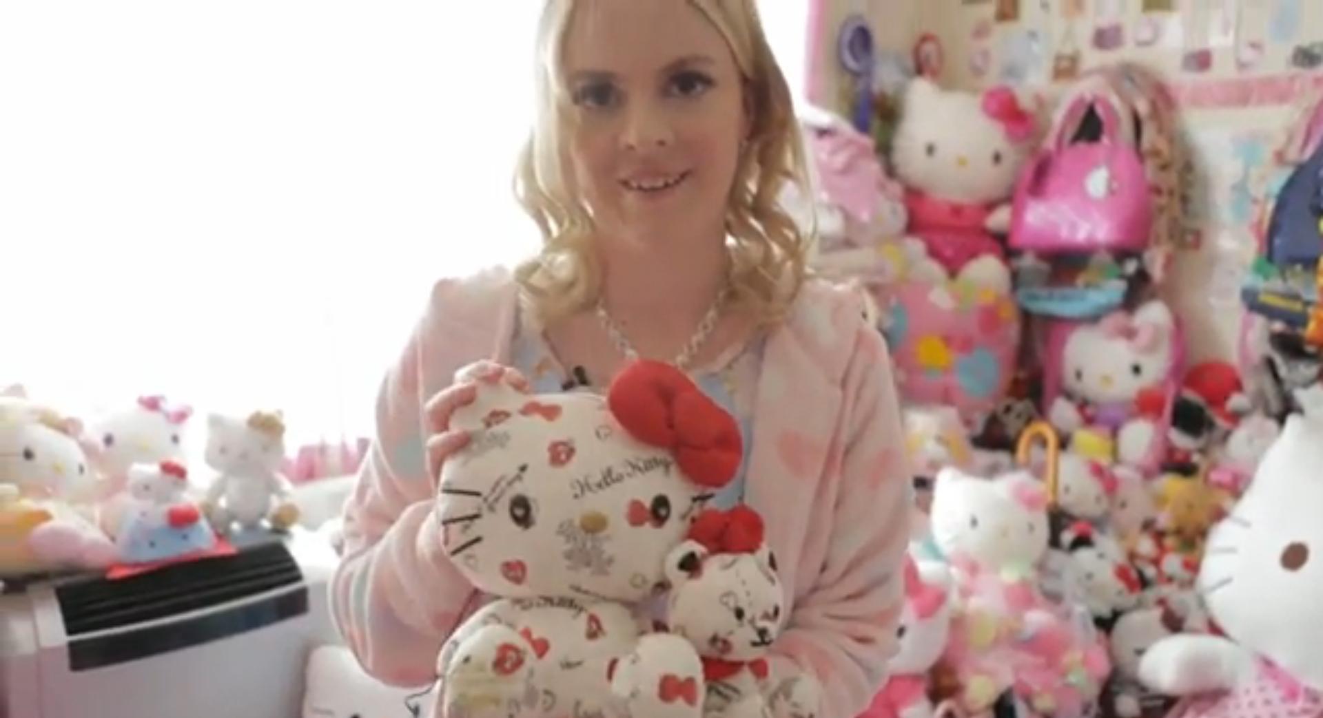 Ossessionata da Hello Kitty, spende 62mila euro in pupazzi (VIDEO)