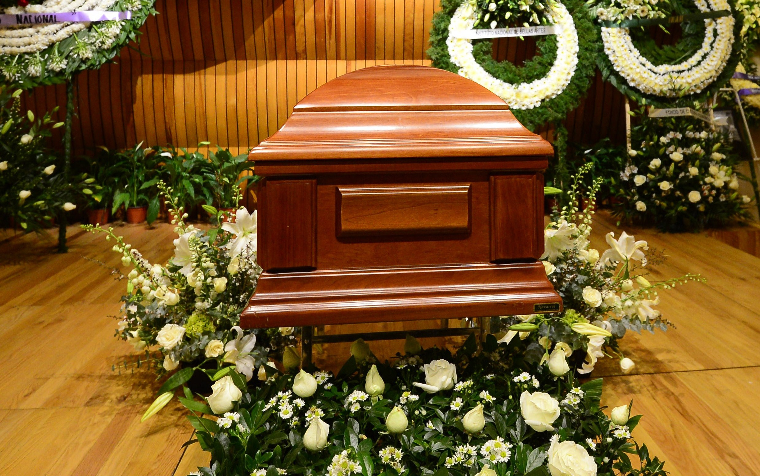 Per sempre uniti: marito e moglie muoiono a due ore di distanza e vengono sepolti nella stessa bara
