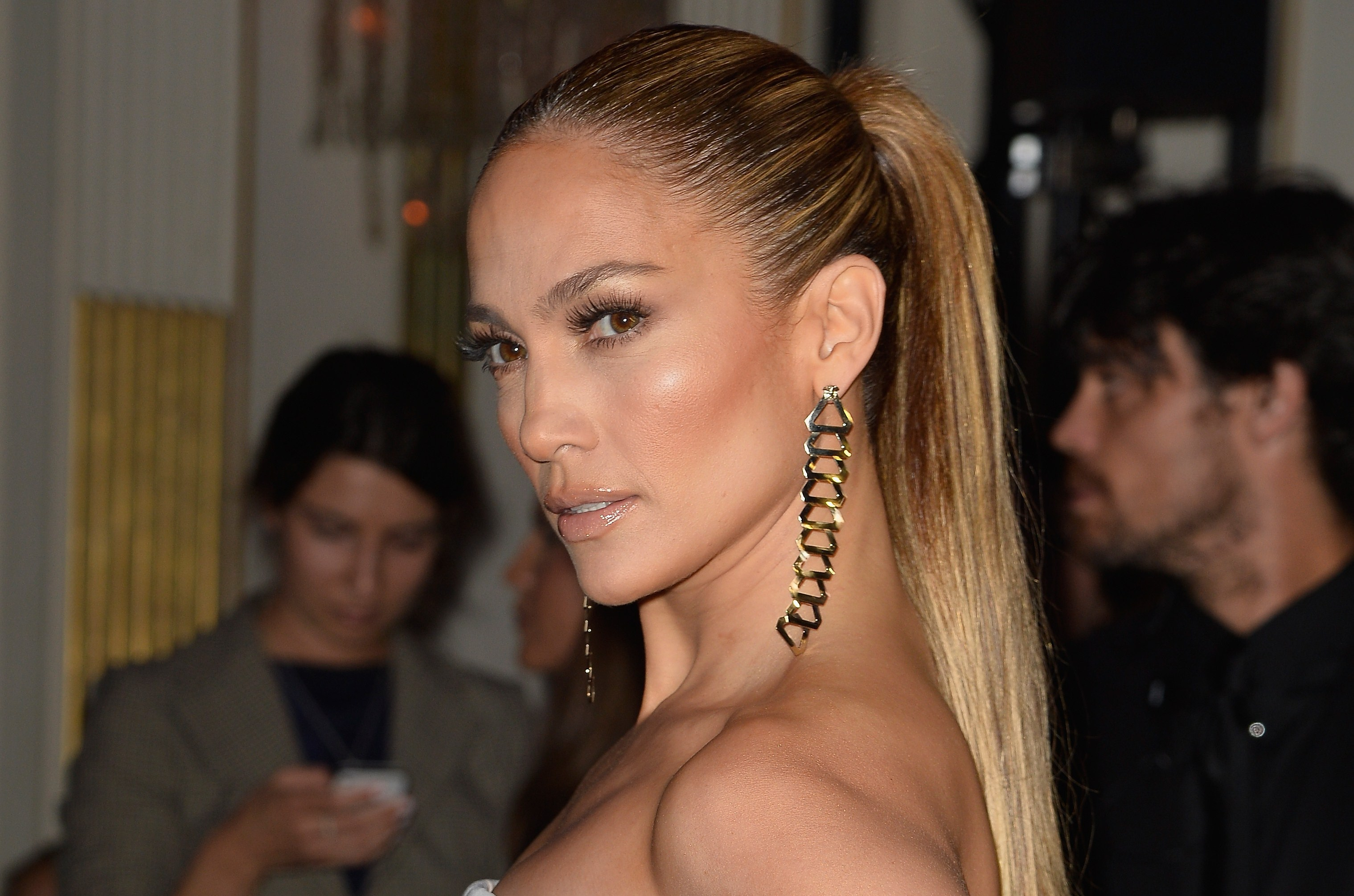 Copia il look di Jennifer Lopez con abiti ed accessori low cost (FOTO)