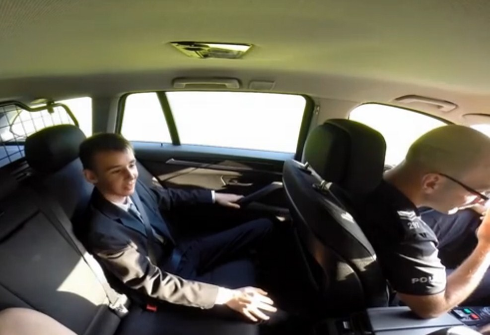 Poliziotto per un giorno: dopo il tumore e la perdita di una gamba un teenager avvera il suo sogno