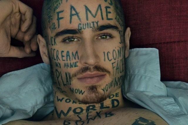 Si tatua 24 parole sul volto per diventare famoso, la storia di Vin Los (VIDEO)