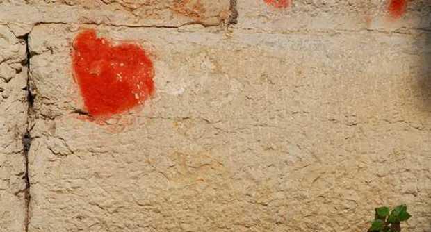 Denunciato 60enne romantico, dipinge un cuore sul muro per la sua amata