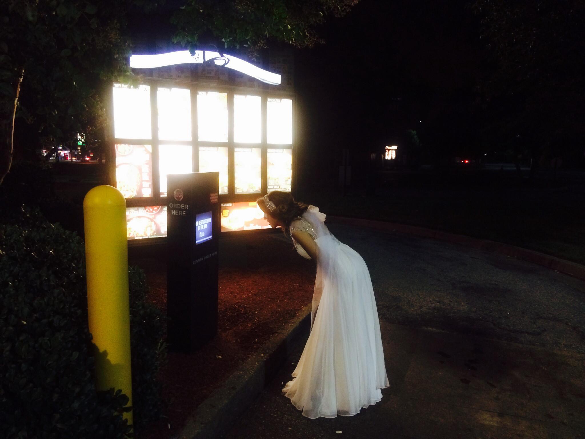 La sposa ubriaca fa impazzire il web: ordina cibo spazzatura con un vestito da favola