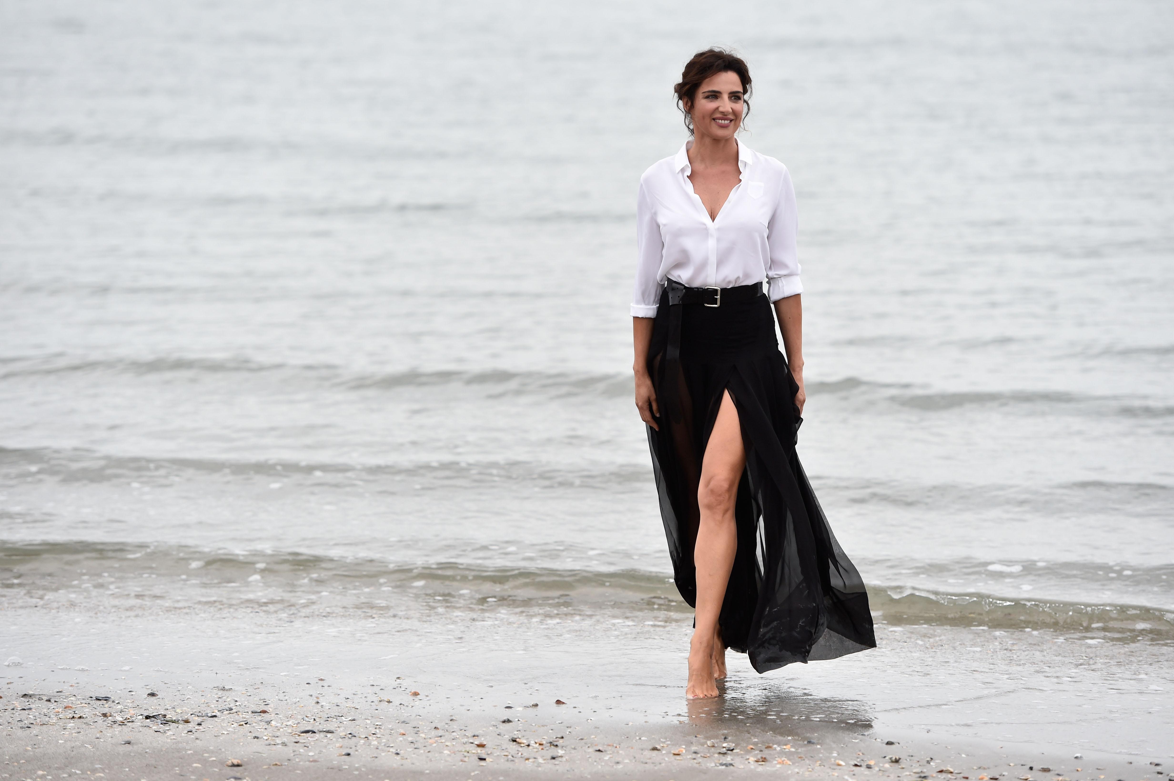 Luisa Ranieri, splendida tra le onde dà il via al Festival di Venezia (FOTO)