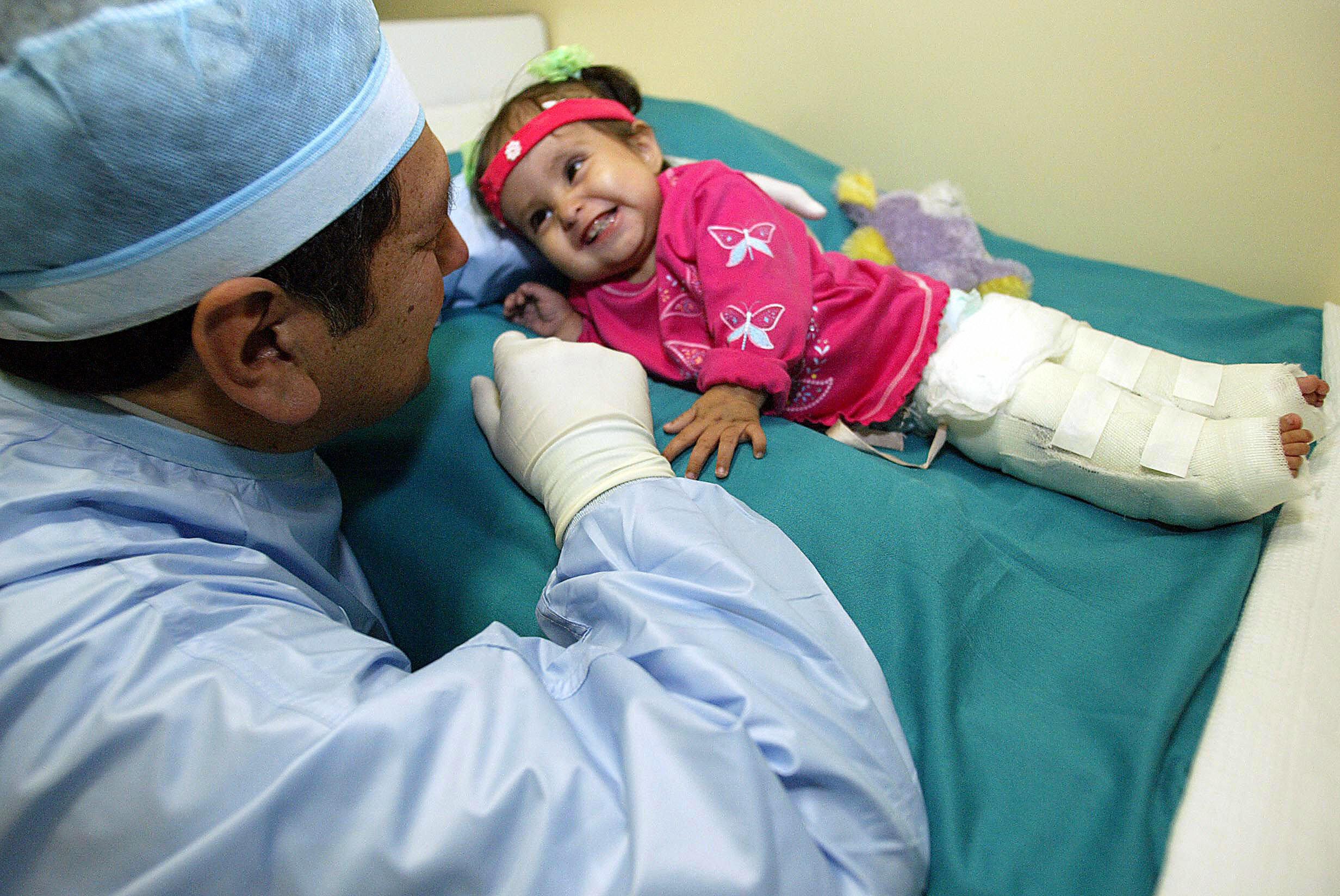 """Milagros, la bambina nata """"sirena"""" dopo diverse operazioni torna a camminare"""