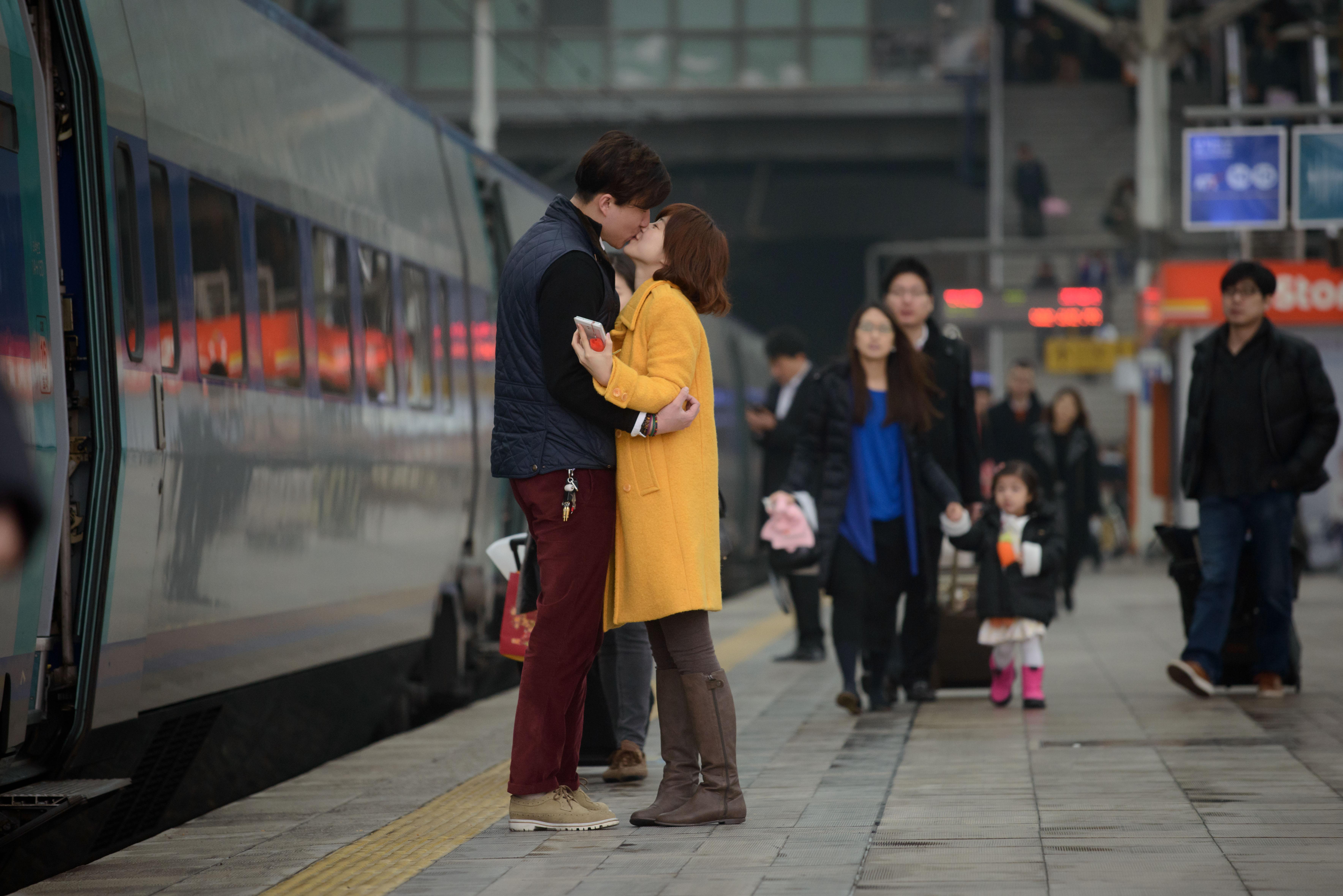 Organizza un appuntamento romantico 'a distanza' per colmare la sua mancanza