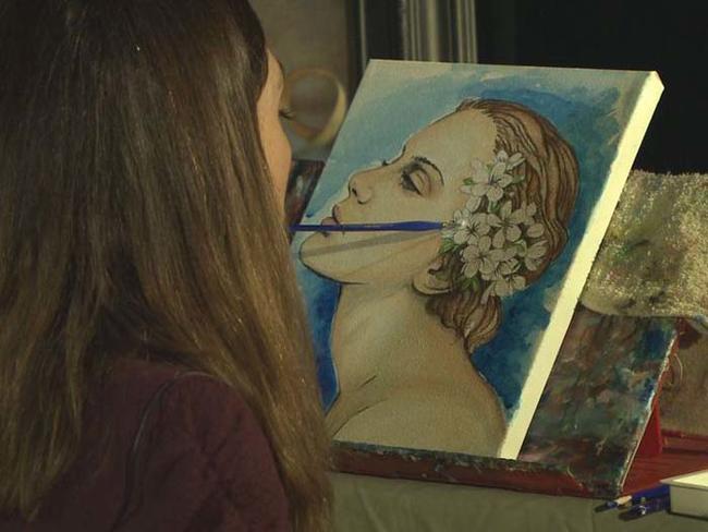 Mariam, l'artista che dipinge senza mani