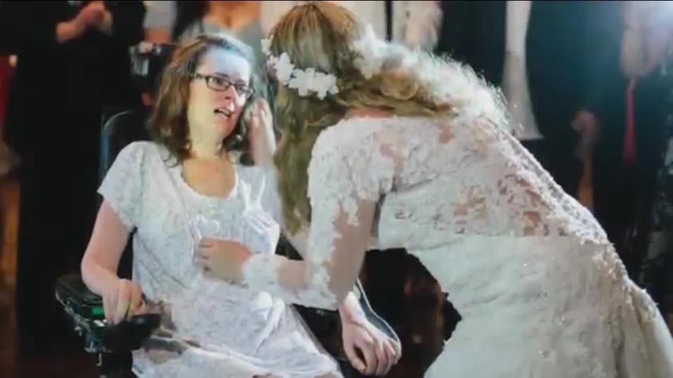 Malata di Sla lascia le nozze della figlia per una caduta, torna per l'ultimo ballo (VIDEO)