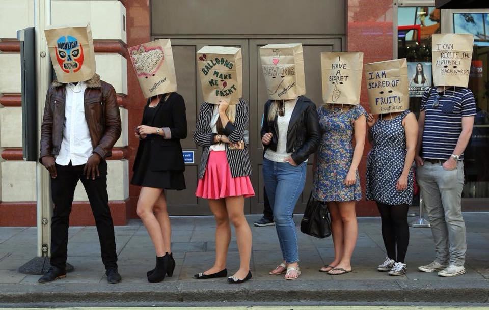 Loveflutter: la nuova moda dell'appuntamento al buio con volto coperto