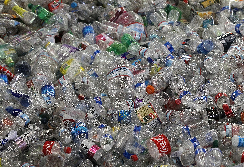 5 modi per riutilizzare in modo creativo le bottiglie di plastica