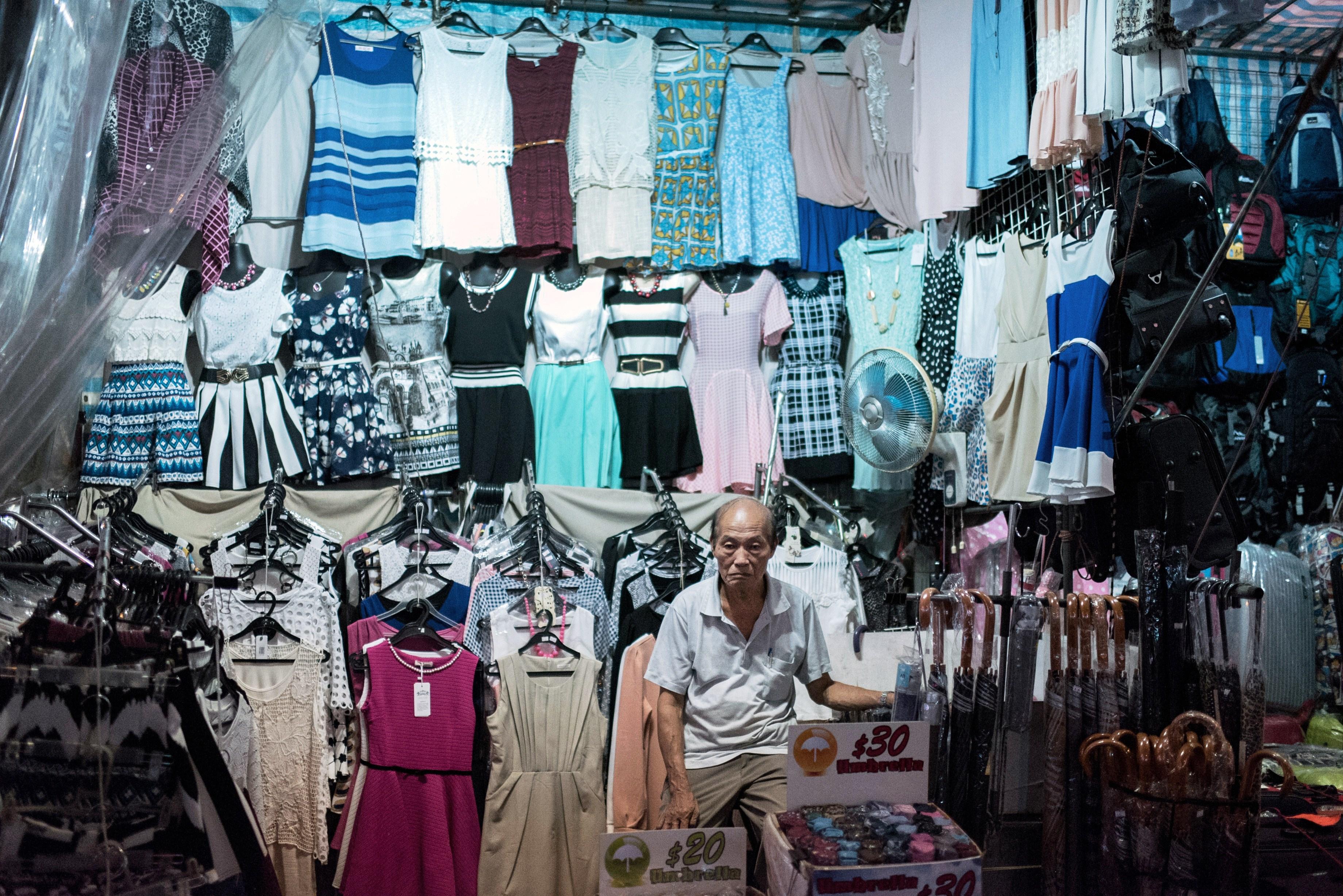 Shopping low cost: quali rischi corriamo acquistando abiti economici?