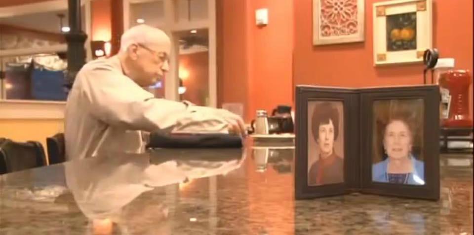 A colazione con la foto della moglie defunta: così ricorda il suo eterno amore (VIDEO)