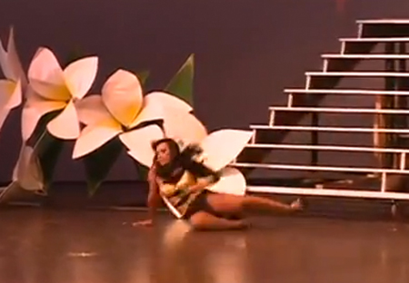 Dayana Cisneros, Miss Gay Nicaragua, cade dalle scale (VIDEO)