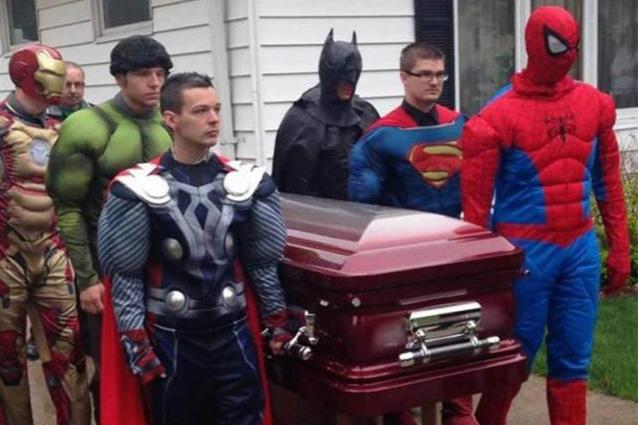 Muore per un tumore al cervello, gli celebrano un funerale da supereroi