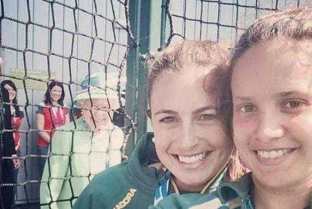 La regina Elisabetta photobomber, il selfie fa il giro del web