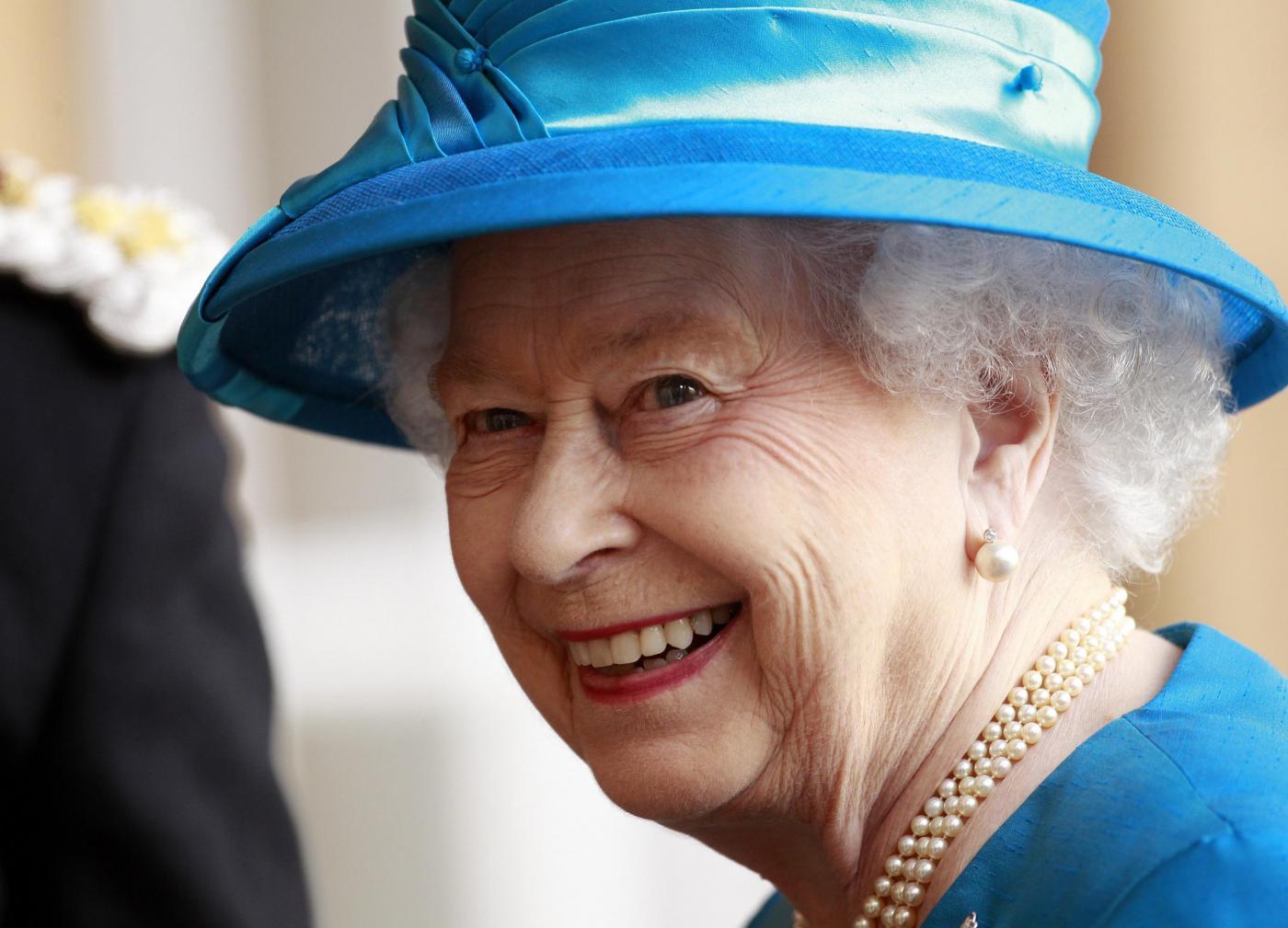 Regina Elisabetta cerca governante, 1600 euro per staccare chewing gum dei turisti
