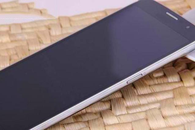 Galaxy S5, una foto della confezione ne svela le caratteristiche tecniche