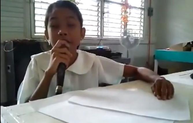 Bimba cieca canta Miley Cyrus leggendo il testo in braille (VIDEO)