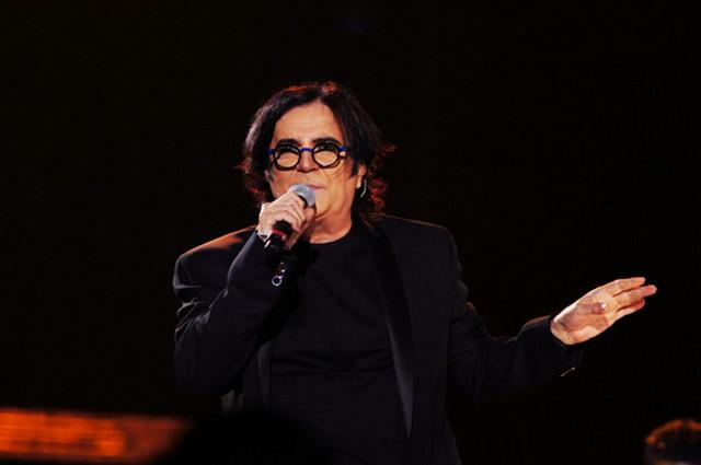 Renato Zero è senza voce, annullato il concerto (VIDEO)