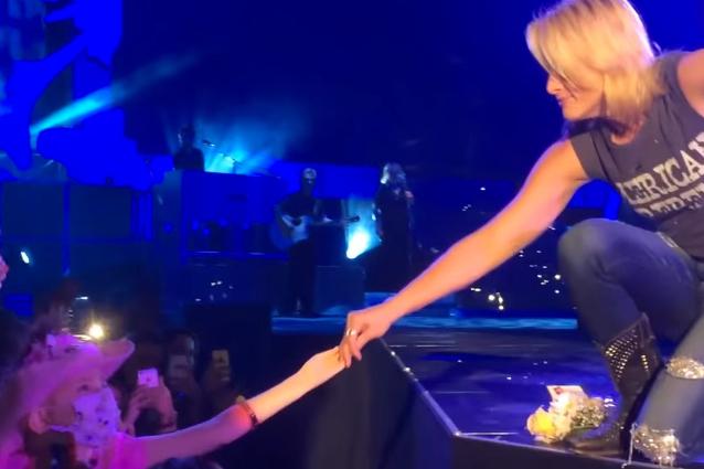 Il pianto sul palco di Miranda Lambert per una fan malata di cancro (VIDEO)