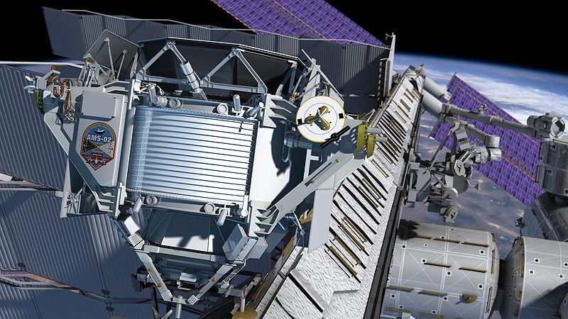 AMS-02 compie un anno in orbita, in cerca dell'universo oscuro (e strano)