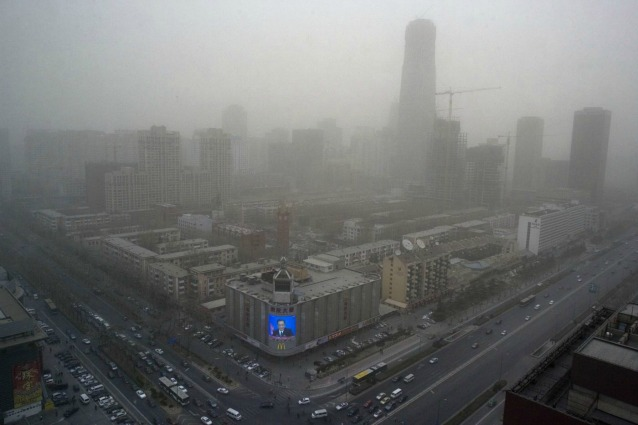 Pechino soffoca nell'inquinamento, le autorità invitano a non uscire di casa