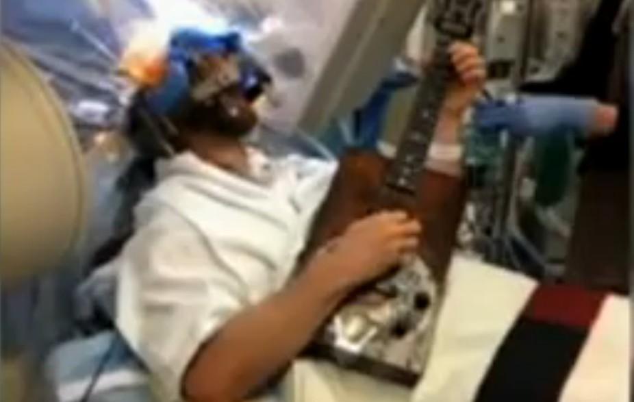 Suona la chitarra mentre viene operato al cervello (VIDEO)