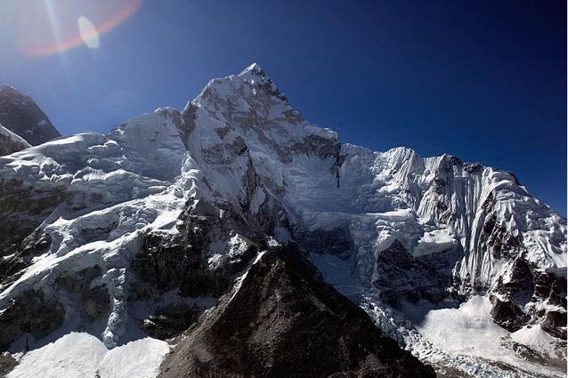 """Anche l'Himalaya soffre il caldo: Everest sempre più """"nudo"""""""