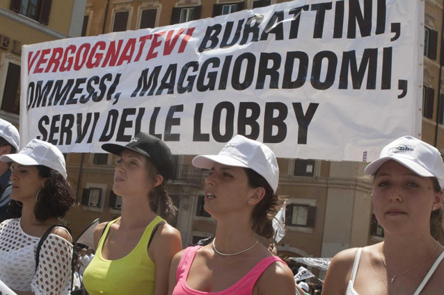 """Veronesi sulle sigarette elettroniche: """"Le lobby del fumo comprano i giornalisti"""""""