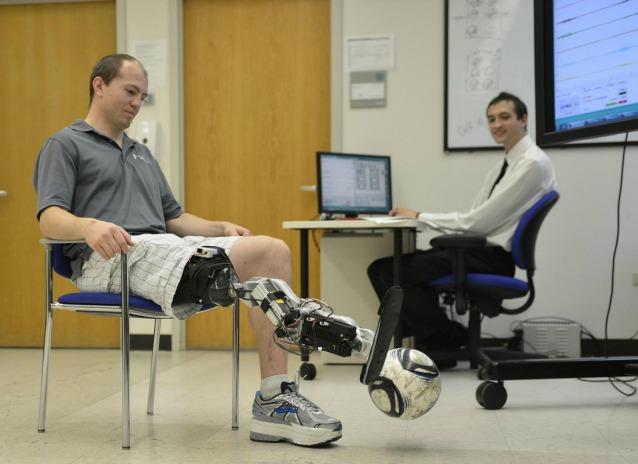 Una gamba bionica che si controlla con la mente