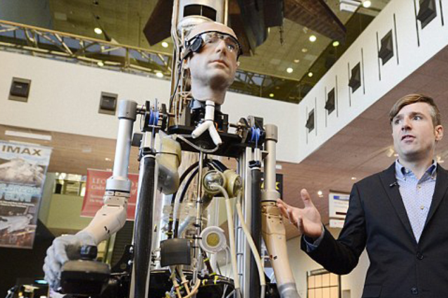 L'Uomo bionico si presenta allo Smithsonian Museum di Whasington (VIDEO)