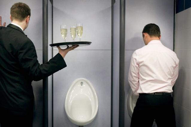 """Beve urina tutti i giorni: """"Dimostro 10 anni in meno"""""""