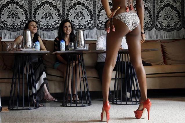 Donne e uomini guardano seni e fianchi del corpo femminile