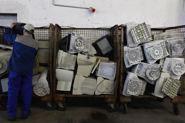 Assediati da rifiuti tecnologici: ognuno butta 7 chili di hi-tech all'anno