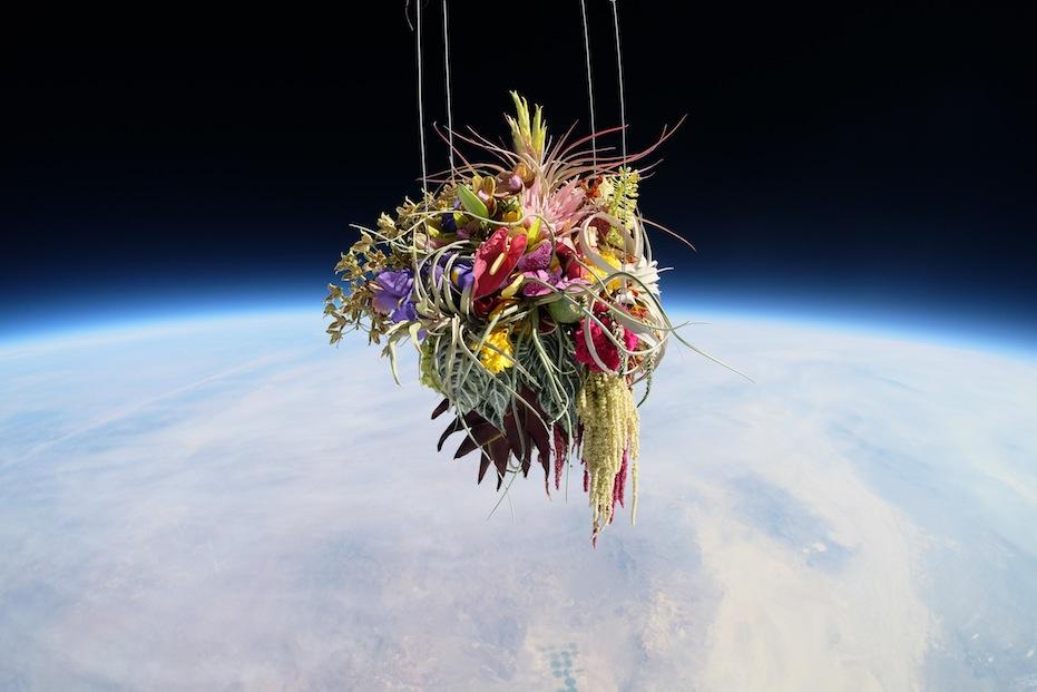 Il bouquet lanciato a 27.000 metri d'altezza (FOTO)