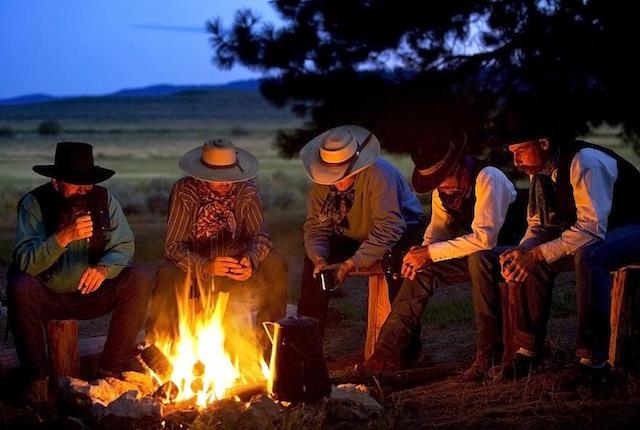 Perché sedersi davanti al fuoco ci rilassa? È una questione evolutiva