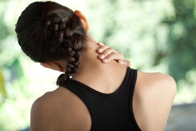 Attenzione al collo, utilizzare lo smartphone aumenta lo stress sulla spina dorsale