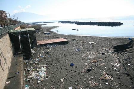 Allarme sul lungomare di Napoli: bagnanti tra siringhe e topi morti