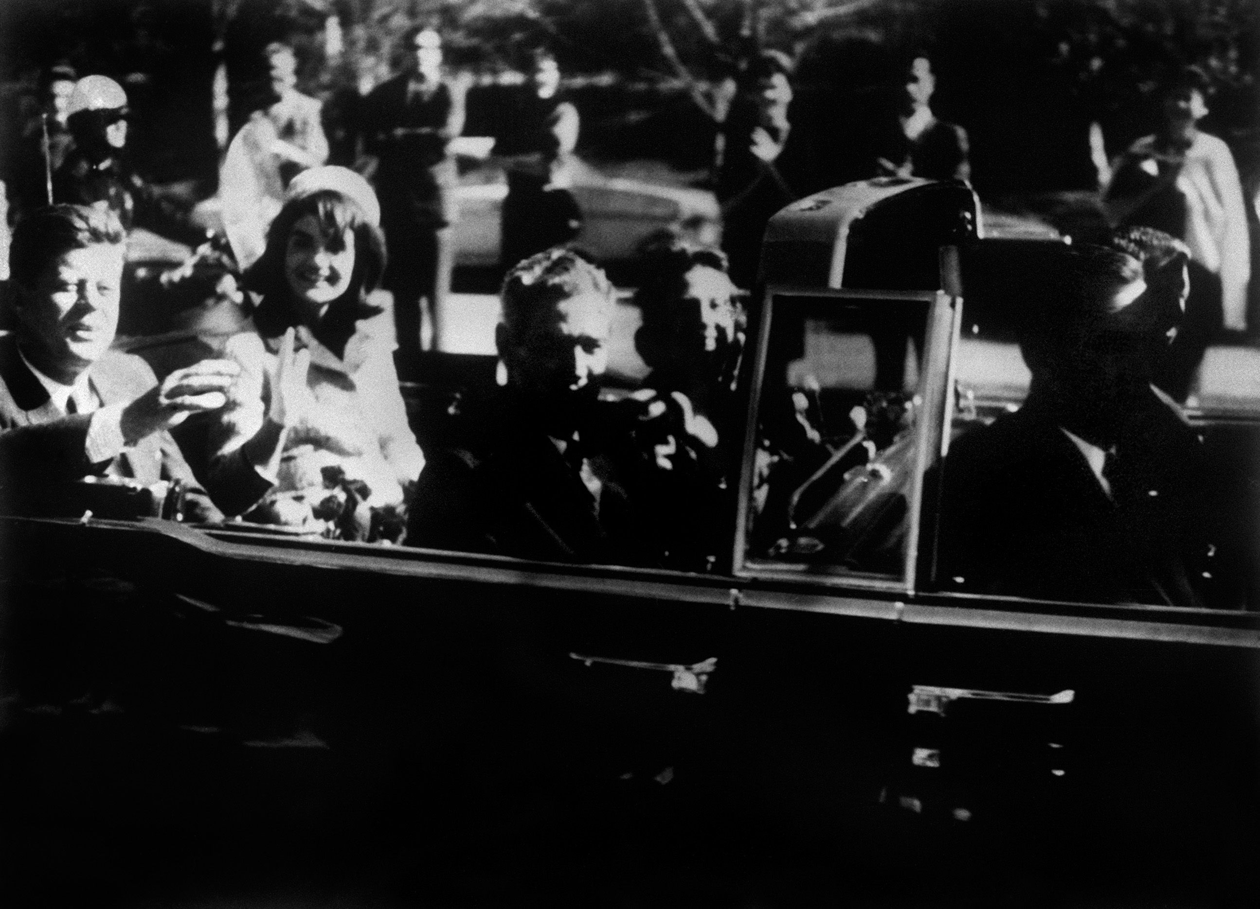 """""""A Dallas, Texas, tre colpi d'arma da fuoco hanno colpito il corteo del Presidente Kennedy"""""""