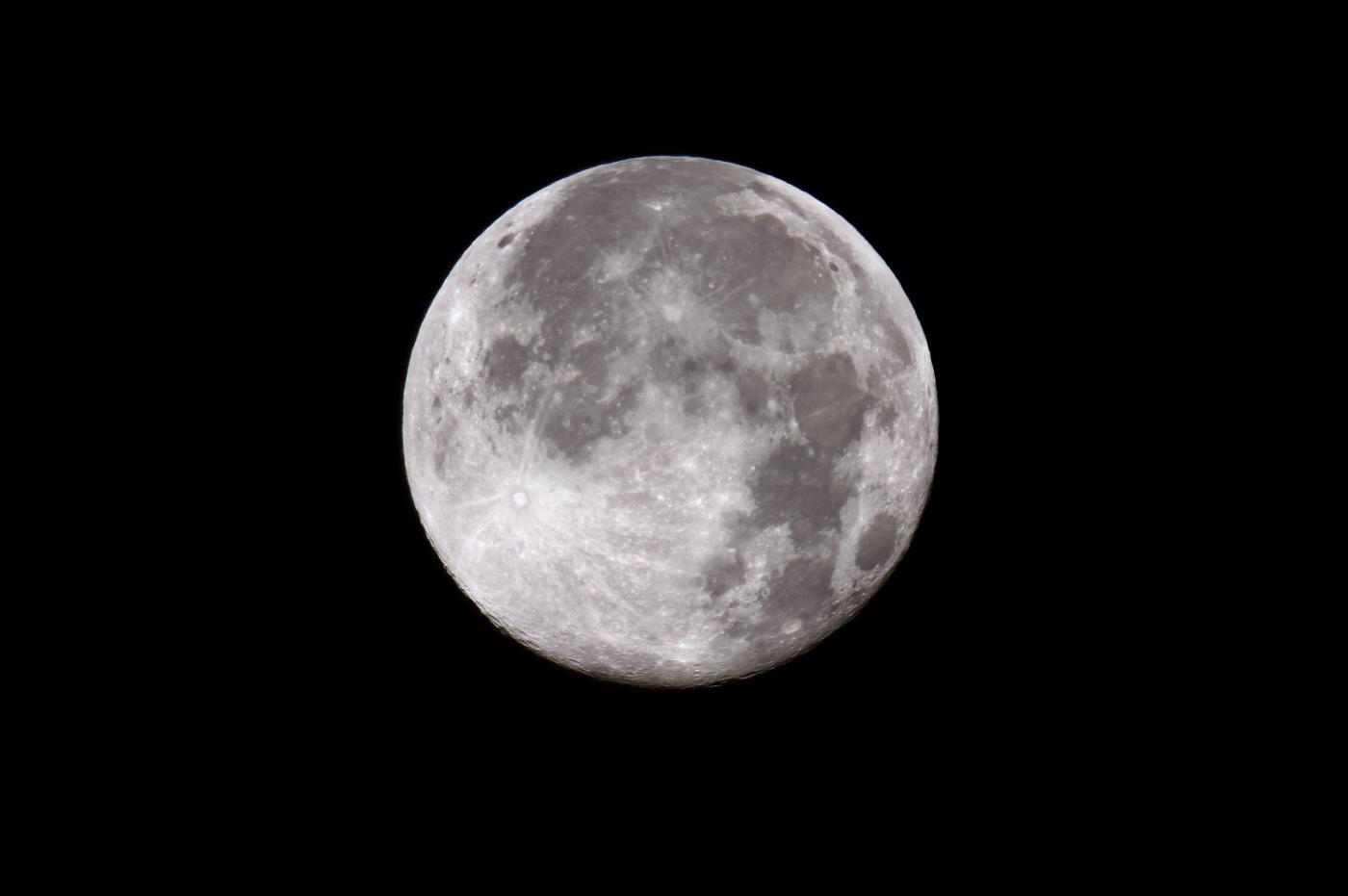 Un asteroide all'origine delle anomalie magnetiche lunari?