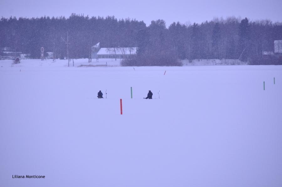 pesca in finlandia nel lago ghiacciato